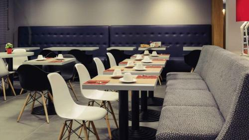 A restaurant or other place to eat at L'Hôtel d'Alençon