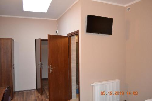 A television and/or entertainment center at Hotelik Karter