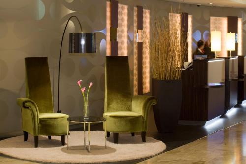 A seating area at Crowne Plaza Berlin City Centre