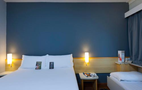A bed or beds in a room at Ibis Campinas