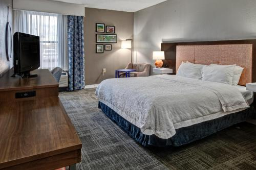 A bed or beds in a room at Hampton Inn Tullahoma