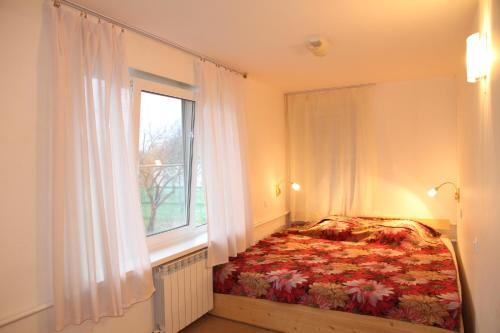 A bed or beds in a room at Usadba Znamenka