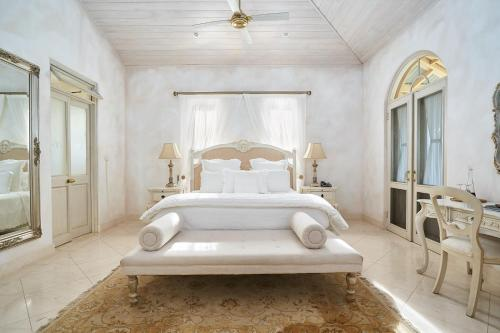 A bed or beds in a room at Victoria's At Ewingsdale