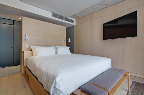 A bed or beds in a room at Zara Tower – Luxury Suites and Apartments
