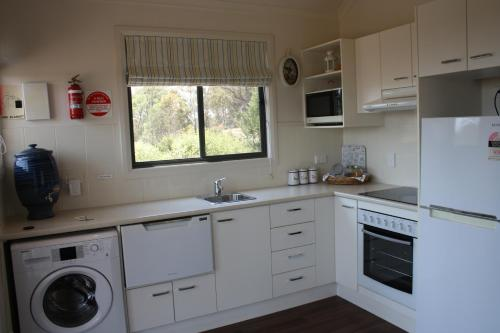 A kitchen or kitchenette at Grace Cottages