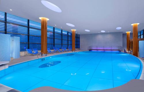 The swimming pool at or close to Sheraton Grand Hotel & Spa