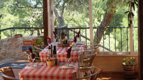 A restaurant or other place to eat at Hotel La Mariposa