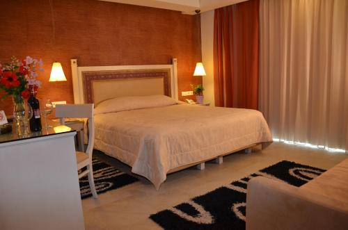Ένα ή περισσότερα κρεβάτια σε δωμάτιο στο Odysseus Hotel