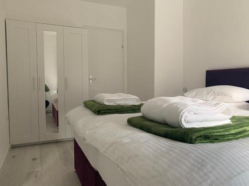 Ein Bett oder Betten in einem Zimmer der Unterkunft Feathers Apartments
