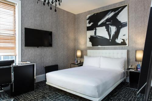 A bed or beds in a room at Amsterdam Court Hotel