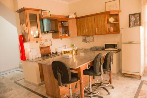 A kitchen or kitchenette at House of Guests
