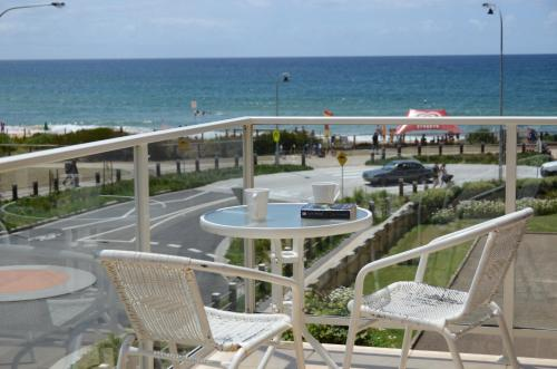 A balcony or terrace at 3 Bedroom Dee Why Beachview Apartment Near Manly