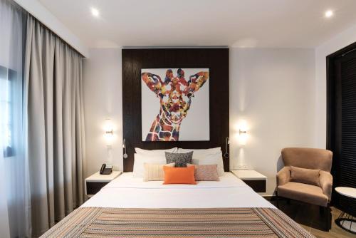 سرير أو أسرّة في غرفة في منتجع الامارات بارك