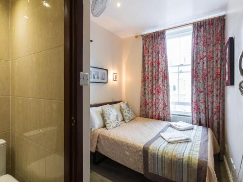 A bed or beds in a room at Notting Hill Gate Hotel