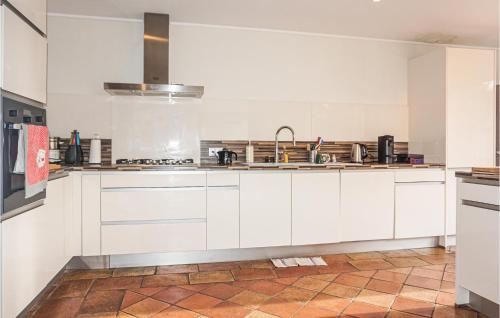 A kitchen or kitchenette at Nice home in Saint Chinian w/ Outdoor swimming pool and 5 Bedrooms