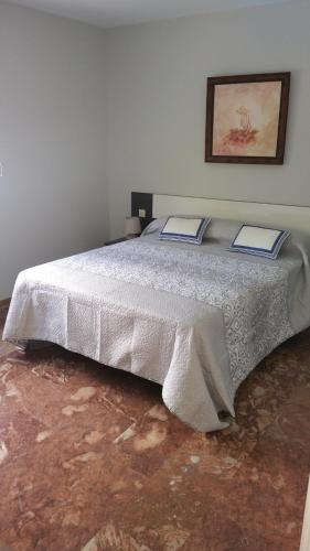 A bed or beds in a room at SAUCES Alojamiento con PARKING-GRATIS