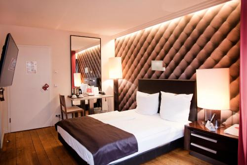 A bed or beds in a room at Hotel Adele