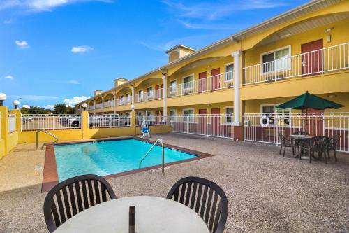 The swimming pool at or near Scottish Inn and Suites Baytown