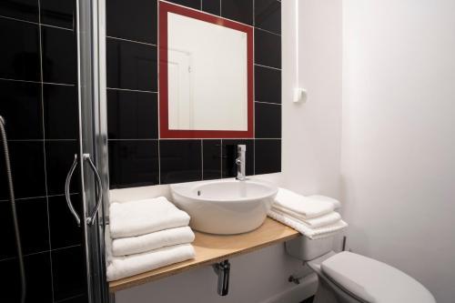 Uma casa de banho em Burgos Guest House