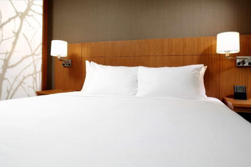A bed or beds in a room at Hyatt Place Cleveland/Lyndhurst/Legacy Village
