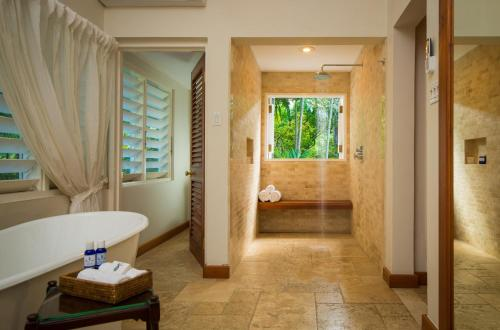 A bathroom at Round Hill Hotel & Villas