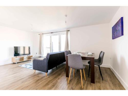 2BR New-built modern apartment for 5 Free parking