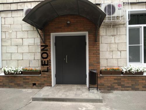 Фасад или вход в Leon