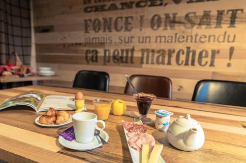 Breakfast options available to guests at Chamois Lodge