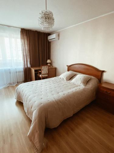 A bed or beds in a room at Spacious 2 bedroom apartment near Vladivostok railway station