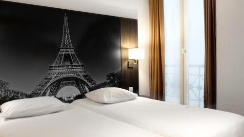 سرير أو أسرّة في غرفة في فندق فيكتوريا
