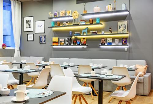 Ein Restaurant oder anderes Speiselokal in der Unterkunft Roombach Hotel Budapest Center