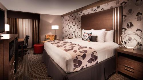 A bed or beds in a room at Aiden by Best Western @ Austin City Hotel