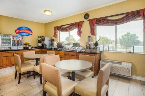 A restaurant or other place to eat at Baymont by Wyndham Helena