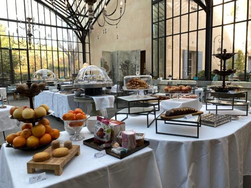 Breakfast options available to guests at Domaine De Manville