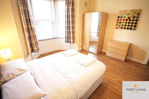 ---PORT LIVING--- NEWCASTLE CITY - JESMOND - APARTMENT- 3 BEDS - 3 BATHS - 1-6 Guests