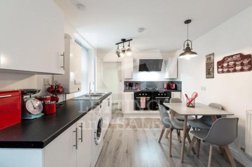 Lush Apartment 5 Bedroom House - WBR