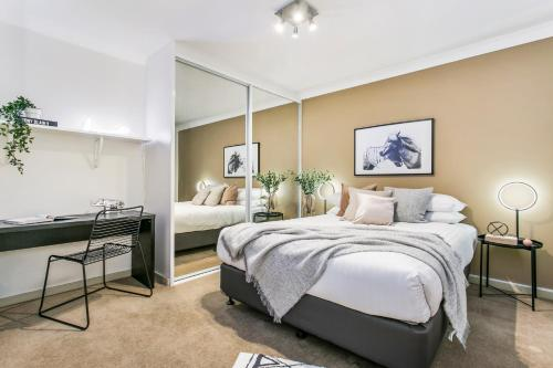 A bed or beds in a room at Large unit amid inner-city greenery close to CBD