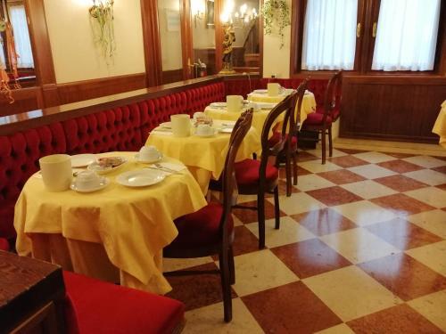 Um restaurante ou outro lugar para comer em Hotel Falier