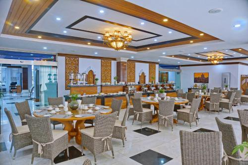 Un restaurante o sitio para comer en The Regency Hotel