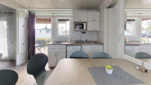 A kitchen or kitchenette at JUFA Hotel Vulkan Thermen- Resort