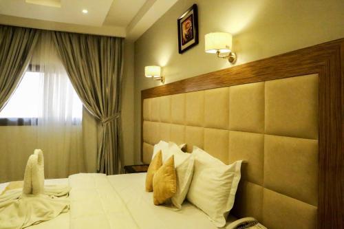 سرير أو أسرّة في غرفة في فندق نوازي أجياد