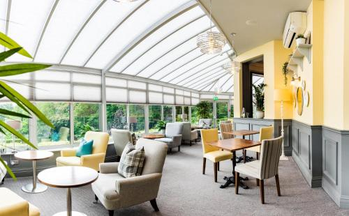The lounge or bar area at The Southcrest Manor Hotel Redditch
