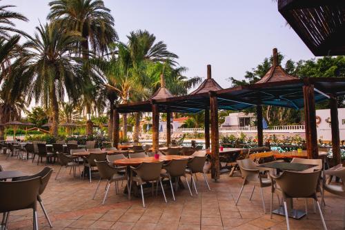 Een restaurant of ander eetgelegenheid bij HL Miraflor Suites Hotel