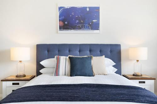 A bed or beds in a room at King size studio with water view, walk to the city