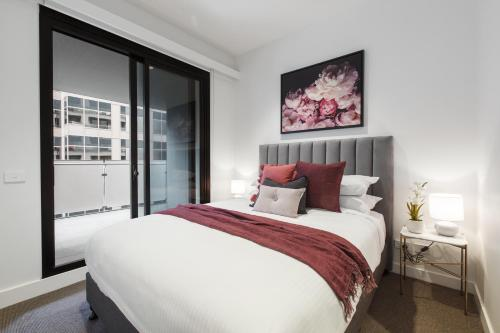 A bed or beds in a room at Contemporary luxury in the heart of Melbourne
