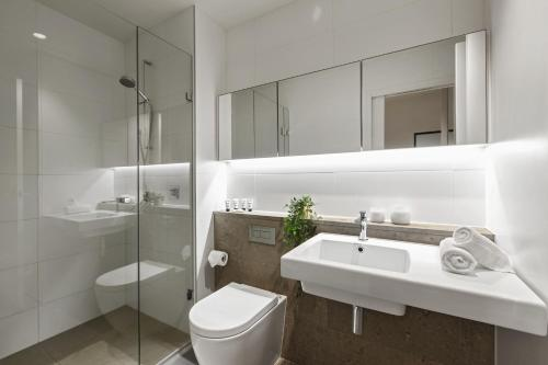 A bathroom at Contemporary luxury in the heart of Melbourne