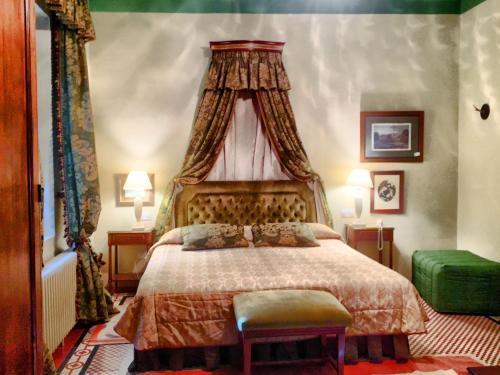 A bed or beds in a room at Caserio de Lobones