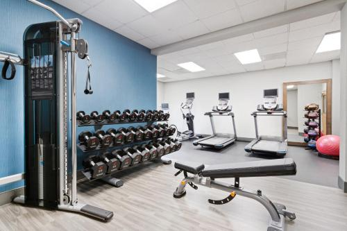 The fitness centre and/or fitness facilities at Hampton Inn & Suites Orlando International Drive North