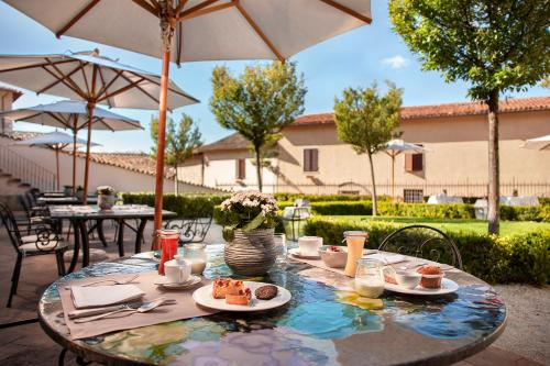 A restaurant or other place to eat at Relais & Chateaux Palazzo Seneca