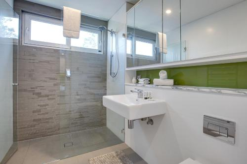 A bathroom at Large and brand-new apartment close to city